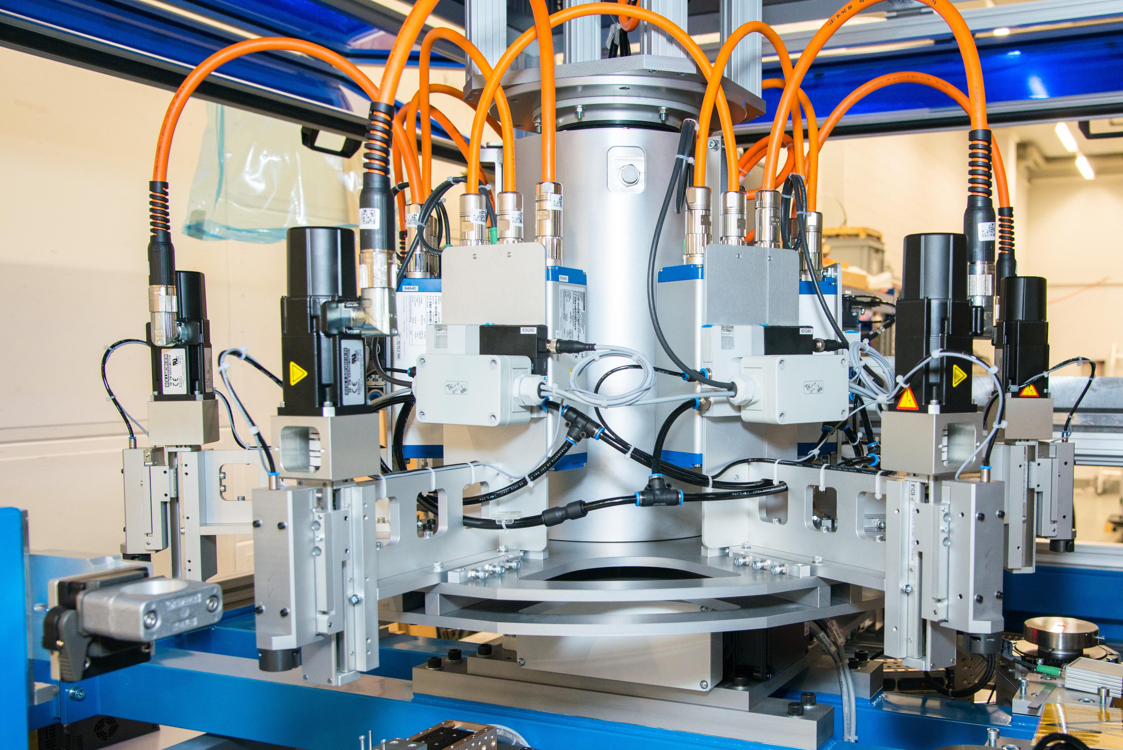 Ein Hersteller von Prüfanlagen aus der Schweiz nutzt bereits die TÜV-zertifizierte Sicherheitstechnik mit Schleifring und dezentralen KOLLMORGEN-Servoreglern AKD-N