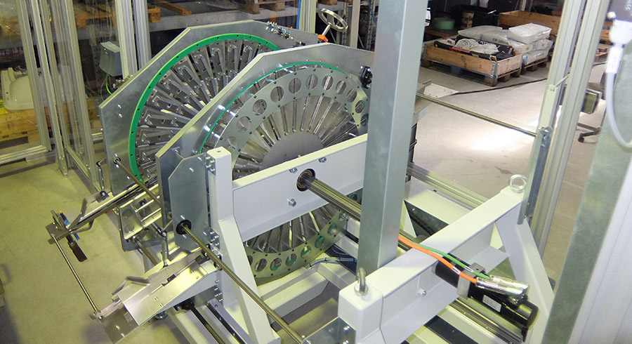 Drum magazine serves as a buffer for blanks, driven by the Kollmorgen AKM servo motor.