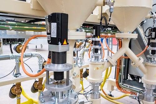 KOLLMORGEN AKM-Servomotoren mit Einkabelanschlusstechnik Freymatic Kugelstrahlanlage