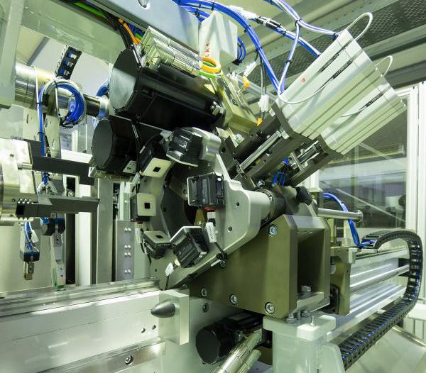 Ein Zusammenspiel von hoher Präzision und kurvengesteuerte Synchronisation beider Achsen müssen die Kollmorgen AKM Servomotoren gewähren.
